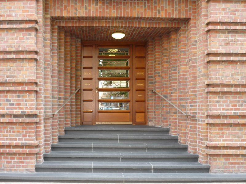 Haustüre-Altes_Postamt-Mannheim-Holzeingangstuere-Br oncegitter-Sicherheitstuere